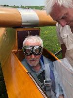 mini-AA 003 Pred vzletom z letalom Krajanek, v družbi z Jirijem Lenikom